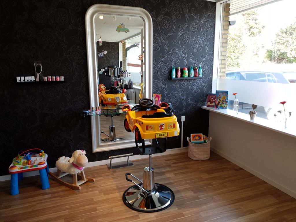 børneklip-måløv-ballerup-børnefrisør-børnevenligfrisør-salon-melina-børnestole-salonmelina-frisørsalon